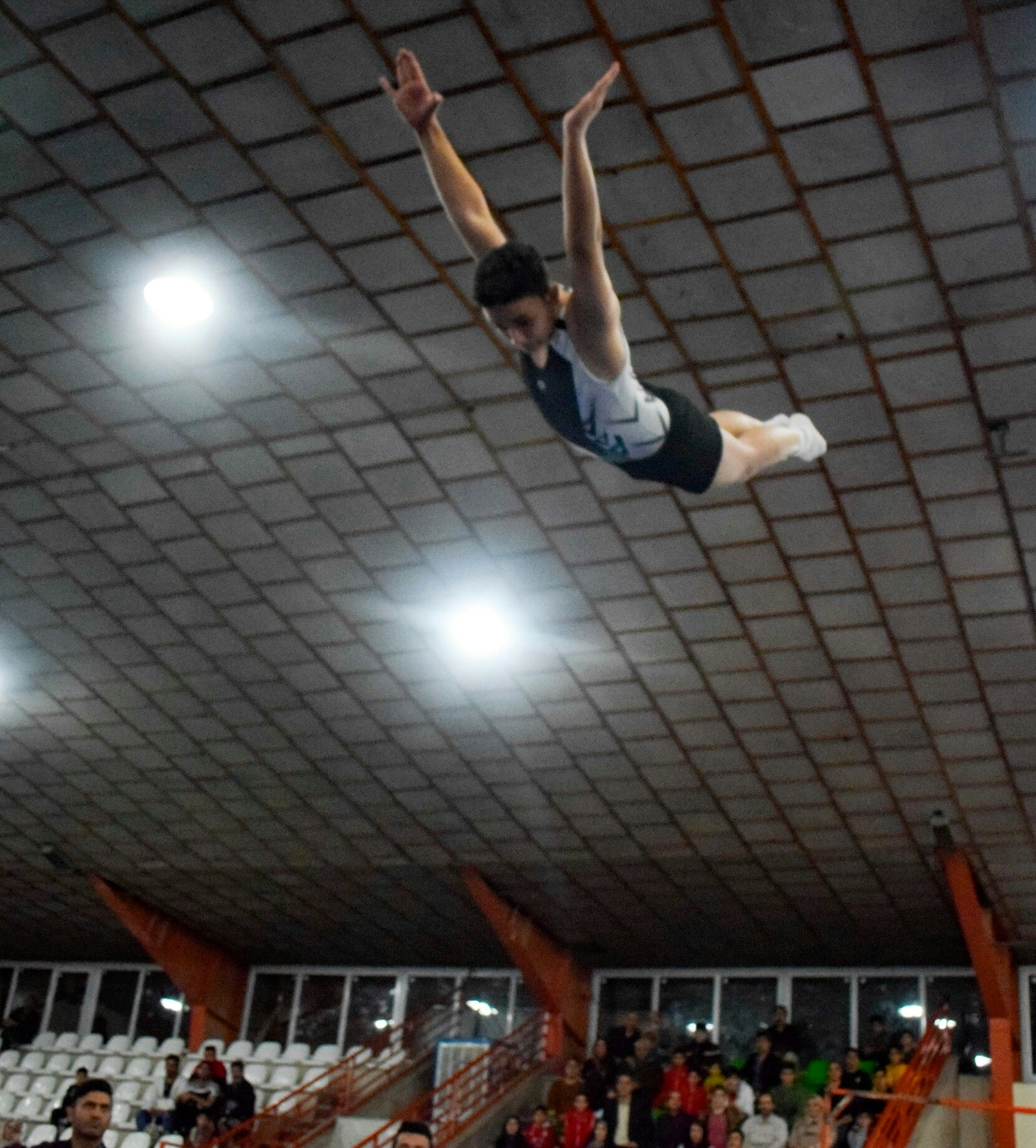 اجرای زیبای حرکات هنری ژیمناستها بر روی ترامپولین در  نخستین المپیاد استعدادهای ورزشی برتر کشور