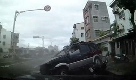 منهای ورزش/ واژگونی خودروی شاسی بلند روی موتورسوار نگون بخت+فیلم