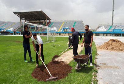 تصاویر/ بازسازی چمن ورزشگاه امام خمینی اراک
