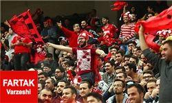 کمتر از 10 هزار تماشاگر در ورزشگاه/ داماد پرسپولیسی با پرچم سرخ همه را سر ذوق آورد!