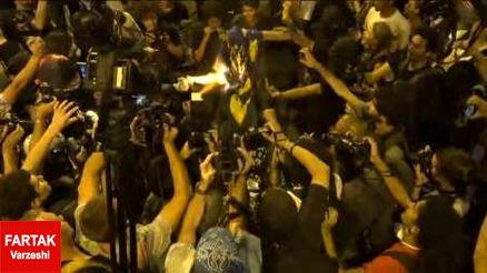 مخالفان برگزاری مسابقات المپیک پرچم برزیل را آتش زدند